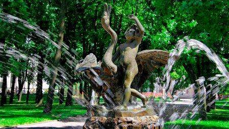 Памятник-фонтан Мальчик с лебедем