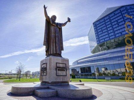 Памятник Франциску Скорине у Национальной библиотеки Беларуси