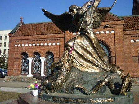 Скульптура Архангел Михаил побеждает змея